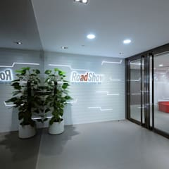 Entrance - Logo wall:  Offices & stores by FINGO DESIGN & ASSOCIATES LTD.