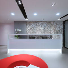 Reception counter with back-drop graphics:  Offices & stores by FINGO DESIGN & ASSOCIATES LTD.