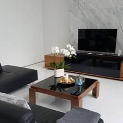 Hunian Nyaman dan Alami Setiabudi Regency: Ruang Keluarga oleh Likha Interior,