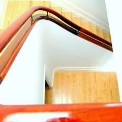 Reabilitação e interiores de habitação - PORTO: Escadas  por Coxim Creative Factory