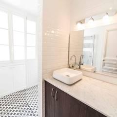 Rénovation d'un appartement Haussmannien: Salle de bains de style  par Clo - Architecture & Design