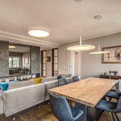 ISIDORO: Sala da pranzo in stile  di MOB ARCHITECTS