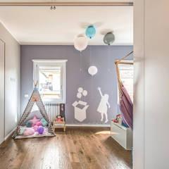 ISIDORO: Stanza dei bambini in stile  di MOB ARCHITECTS