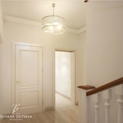 Nawet w niewielkim domu można stworzyć francuskie wnętrze): styl , w kategorii Korytarz, przedpokój zaprojektowany przez Design studio TZinterior group