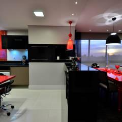 Arquitetura de Interiores Arq. Marcelo John: Cozinhas embutidas  por Marcelo John Arquitetura e Interiores