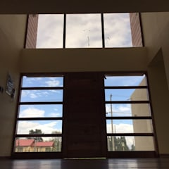Front doors by Constructora Rukalihuen