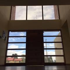 Front doors by Constructora Rukalihuen, Mediterranean