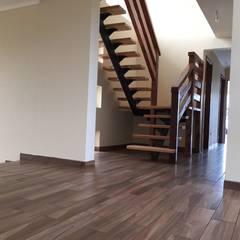 Altos del Bio Bio: Escaleras de estilo  por Constructora Rukalihuen