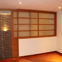 Sala T.V.: Salas multimedia de estilo  por Dharma Arquitectura