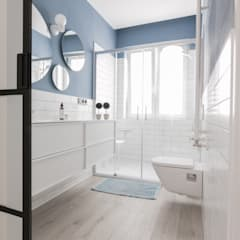Baños de estilo ecléctico por COCINOBRA