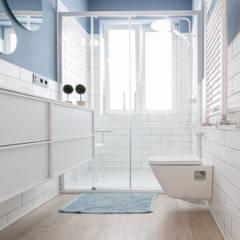 REFORMA V IVIENDA 2º ENSANCHE: Baños de estilo  de Rooms de Cocinobra