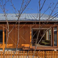 小さな家は、夏を待っている (Una pequeña casa está esperando el verano.): アグラ設計室一級建築士事務所 agra design roomが手掛けた木造住宅です。