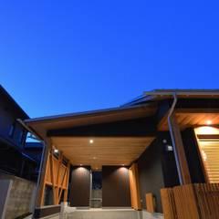Garajes prefabricados de estilo  por アグラ設計室一級建築士事務所 agra design room