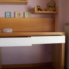Dormitorio Infantil: Habitaciones de niñas de estilo  de Romina Sirianni