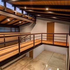 Doble altura: Pasillos y recibidores de estilo  por Loyola Arquitectos