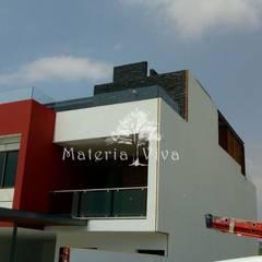 Pérgolas híbridas para terrazas, fachada y acceso en Presa Madin, Edo. de Mex. : Villas de estilo  por Materia Viva S.A. de C.V.