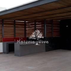 Pergola híbrida con lambrín tipo louver de madera, zona esmeralda, Naucalpan Edo. de Mex.: Terrazas de estilo  por Materia Viva S.A. de C.V.