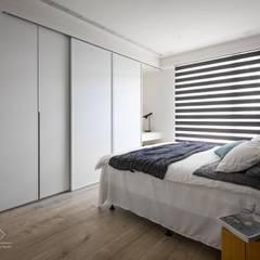 Dormitorios de estilo minimalista de 極簡室內設計 Simple Design Studio Minimalista Tablero DM