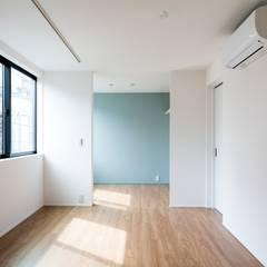 南棟2階 賃貸: Unico design一級建築士事務所が手掛けた寝室です。