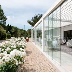 Pergola bioclimatica hotel e ristorante: Hotel in stile  di Centro Arredotessile S.r.l.