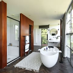 Greenacre:  Bathroom by Martins Camisuli Architects