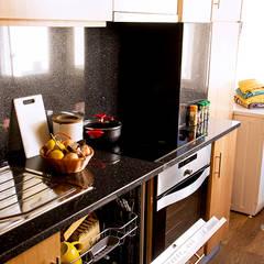 Apartamento Costa Nova: Cozinhas  por Clover and Rose