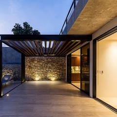 CASA SLON: Terrazas de estilo  por Alberto Zavala Arquitectos