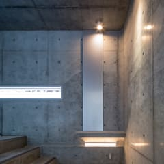 Prefabricated Garage by アトリエ間居, Eclectic Concrete