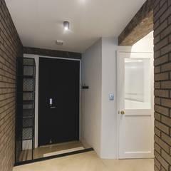 원룸도 멋진 주거공간이 될 수 있다.: 미우가 디자인 스튜디오의  복도 & 현관,인더스트리얼