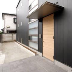 Casas multifamiliares de estilo  de U建築設計室