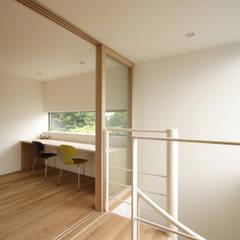 緑を望む書斎コーナー|府中の家: U建築設計室が手掛けた書斎です。