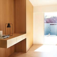 CASA UNIFAMILIAR JOSEP PLÀ: Pasillos y vestíbulos de estilo  de Laia Ubia Studio