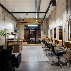 Salon: Espacios comerciales de estilo  de Triangle Studio
