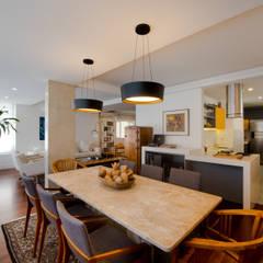 Apartamento na Lagoa - RJ: Salas de jantar  por STUDIO CALI ARQUITETURA E DESIGN