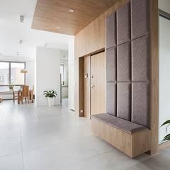 Urok naturalnego drewna: styl , w kategorii Korytarz, przedpokój zaprojektowany przez Perfect Space