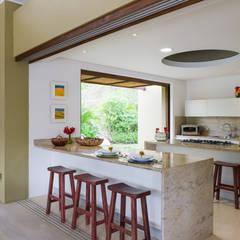 Casa Mesa de Yeguas: Cocinas integrales de estilo  por NOAH Proyectos SAS