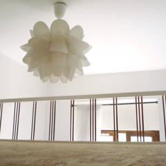 Bureau Mezzanine: Chambre de style  par TOPOLOGY