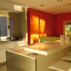 Casa TO Estilo Racionalista Rustico: Cocinas de estilo  por Estudio Medan Arquitectos