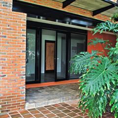 Casa Almendros: Puertas de estilo  por Novhus Oficina de Arquitectura