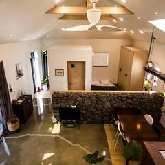제주 두모리 주택: 더 이레츠 건축가 그룹의  거실