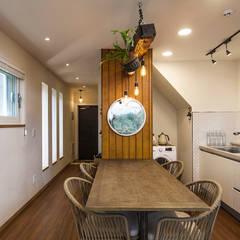 제주 두모리 주택: 더 이레츠 건축가 그룹의  다이닝 룸