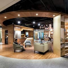 圓弧形的天花板設計增添更多溫潤感:  商業空間 by 青易國際設計