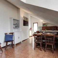 RESTYLING DI ARREDO PER L'AFFITTO: Sala da pranzo in stile  di staged interiors