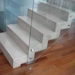 Revestimientos de Microcemento: Escaleras de estilo  de BauDesign