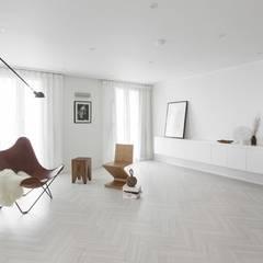 화이트와 우드로 아늑한 갤러리처럼 꾸민 30평대 아파트 인테리어: husk design 허스크디자인의  거실,미니멀