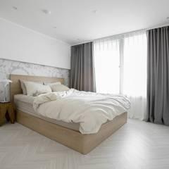 화이트와 우드로 아늑한 갤러리처럼 꾸민 30평대 아파트 인테리어: husk design 허스크디자인의  침실