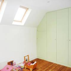 Rénovation ancienne maison: Chambre de style  par Optiréno