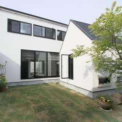 静岡の小屋のある二世帯住宅: 石川淳建築設計事務所が手掛けた庭です。