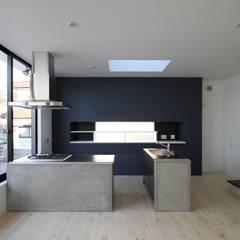 特注アイランドキッチン: 石川淳建築設計事務所が手掛けたシステムキッチンです。