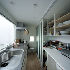 مطبخ ذو قطع مدمجة تنفيذ 石川淳建築設計事務所
